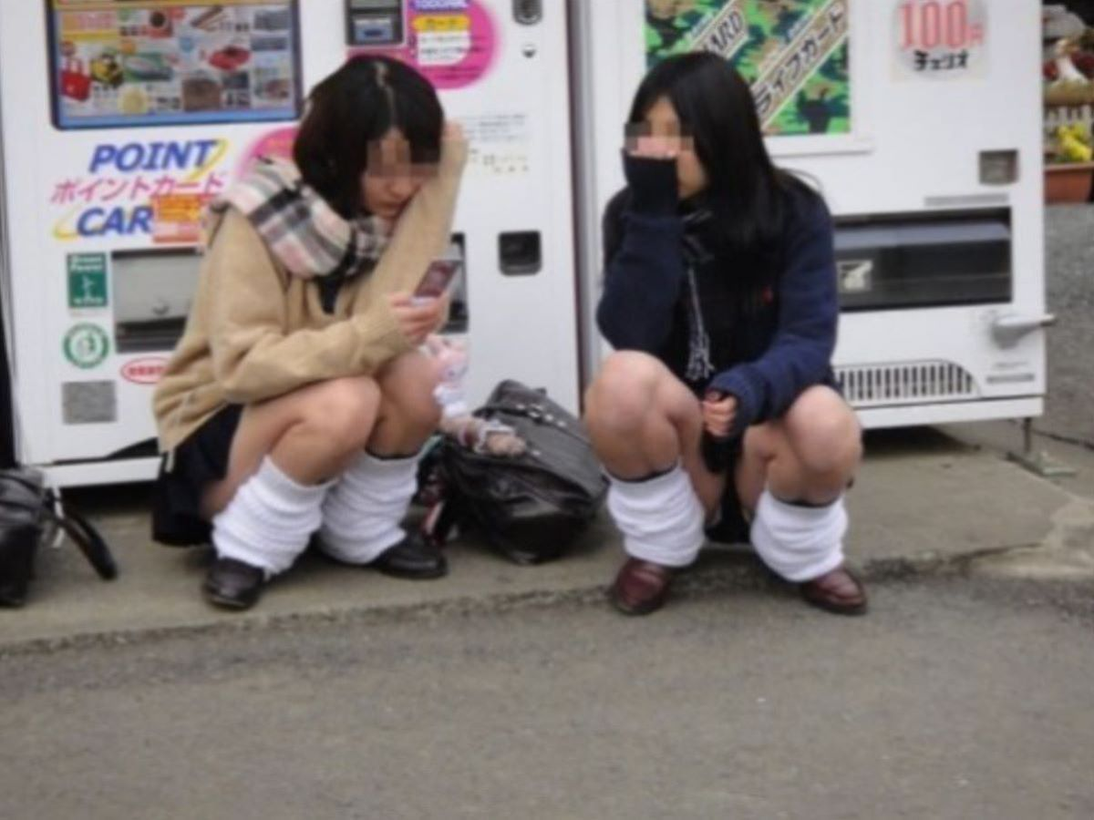 しゃがみパンチラ 制服JK画像 64