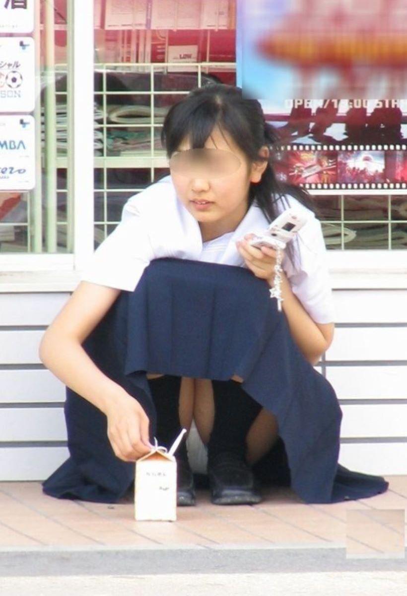 しゃがみパンチラ 制服JK画像 67