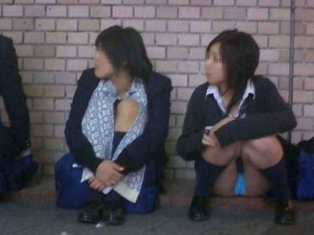 しゃがみパンチラ 制服JK画像 82