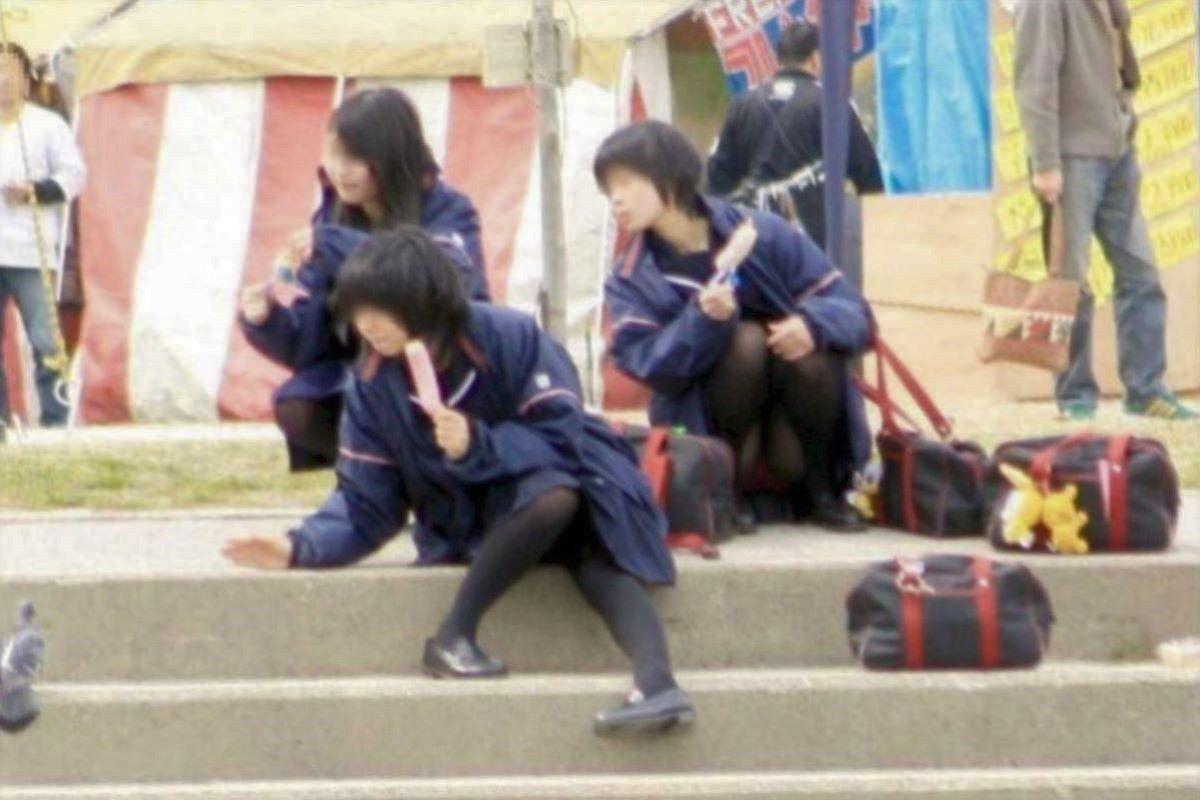 しゃがみパンチラ 制服JK画像 92