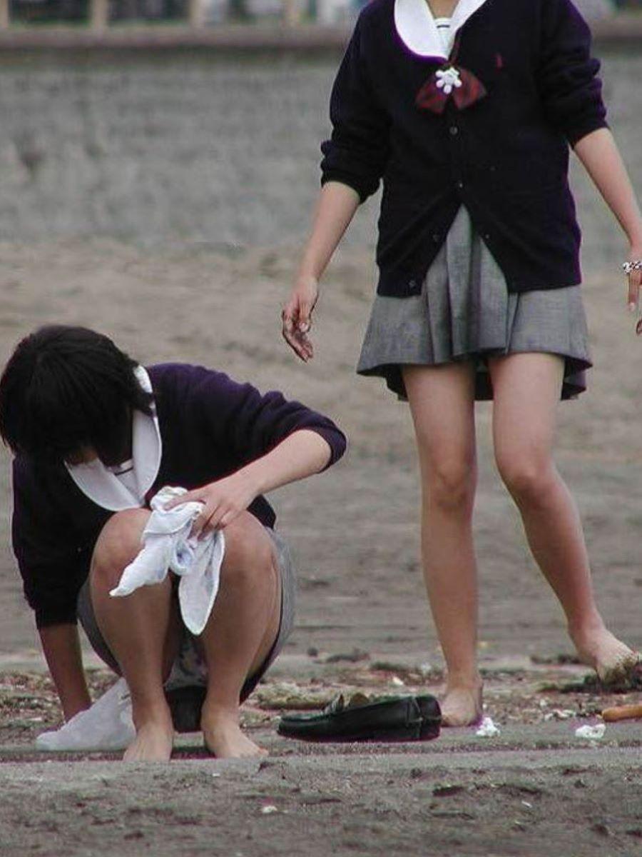 しゃがみパンチラ 制服JK画像 96