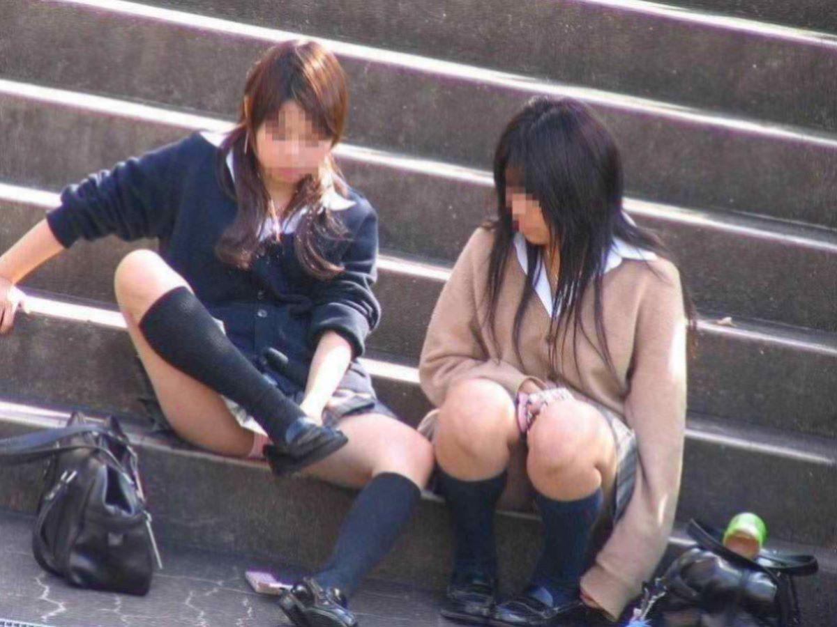 しゃがみパンチラ 制服JK画像 98