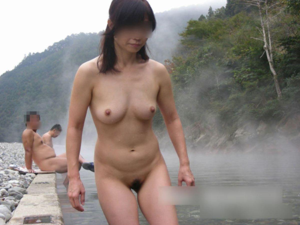 混浴露天風呂で全裸入浴してる素人熟女ヌード画像
