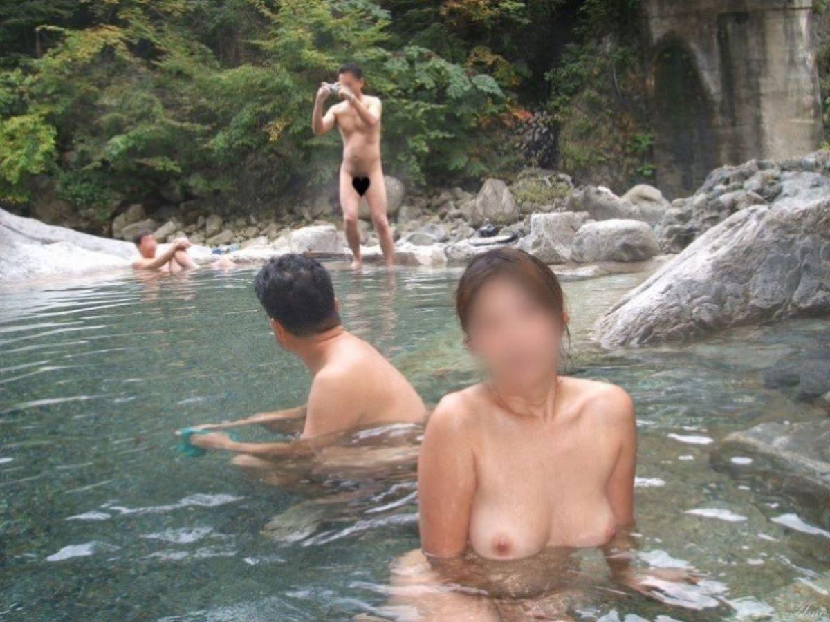 混浴 露天風呂 素人 熟女 ヌード画像 20