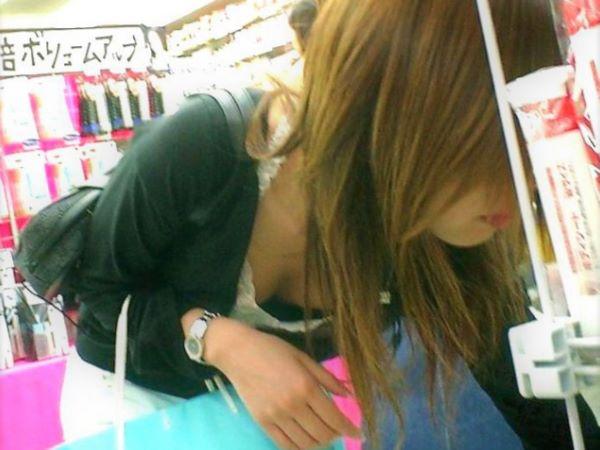 買い物に夢中で胸チラしてる素人が多過ぎる…(※エロ画像あり)