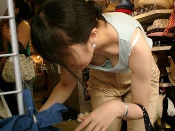 買い物 胸チラ 素人 エロ画像 2