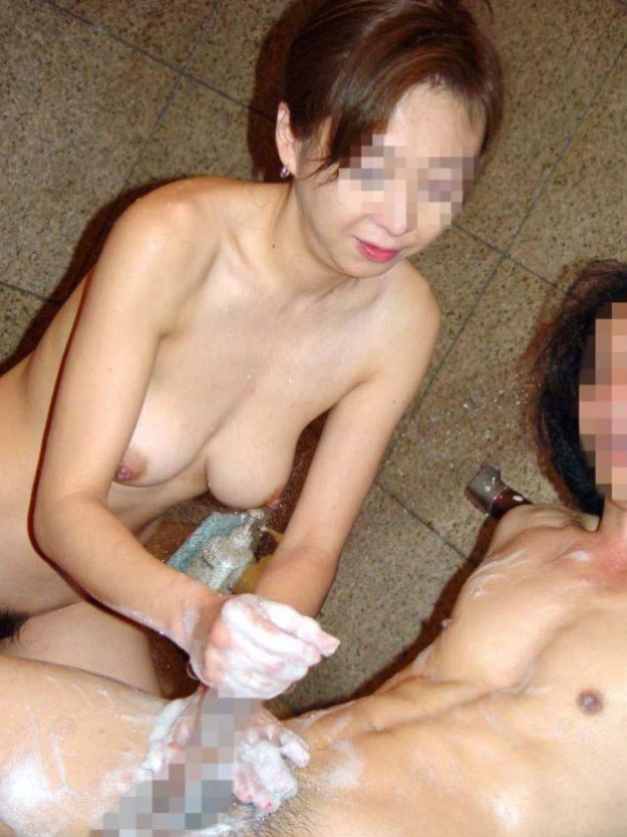 お風呂場 入浴中 手コキ画像 8