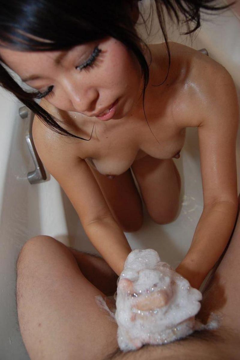 お風呂場 入浴中 手コキ画像 37