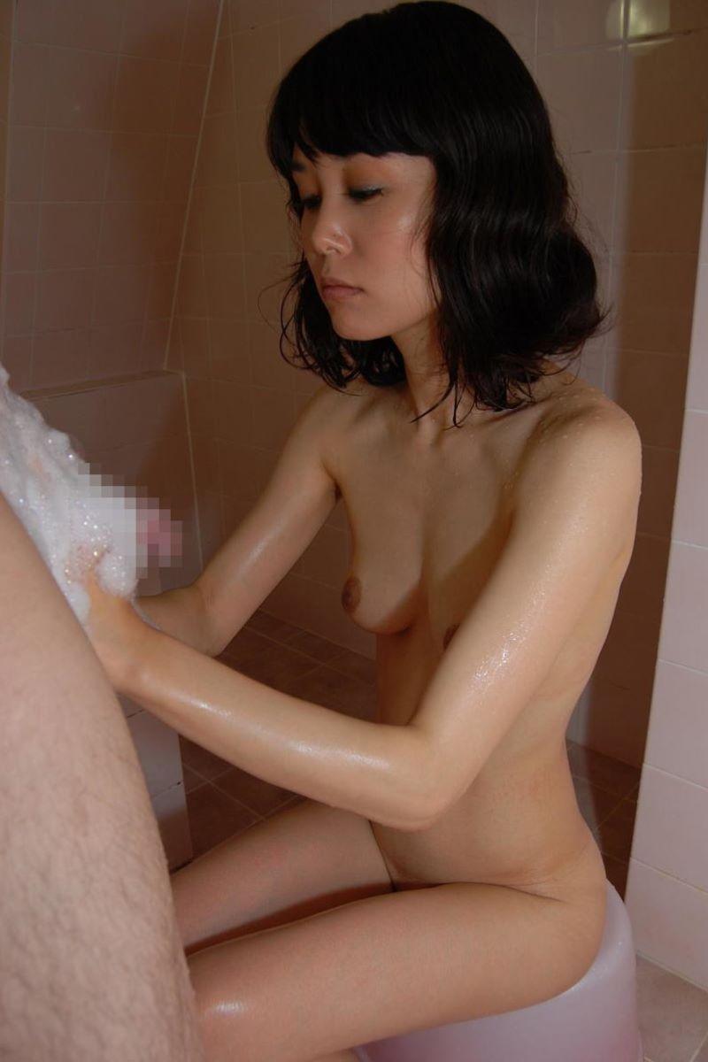 お風呂場 入浴中 手コキ画像 53