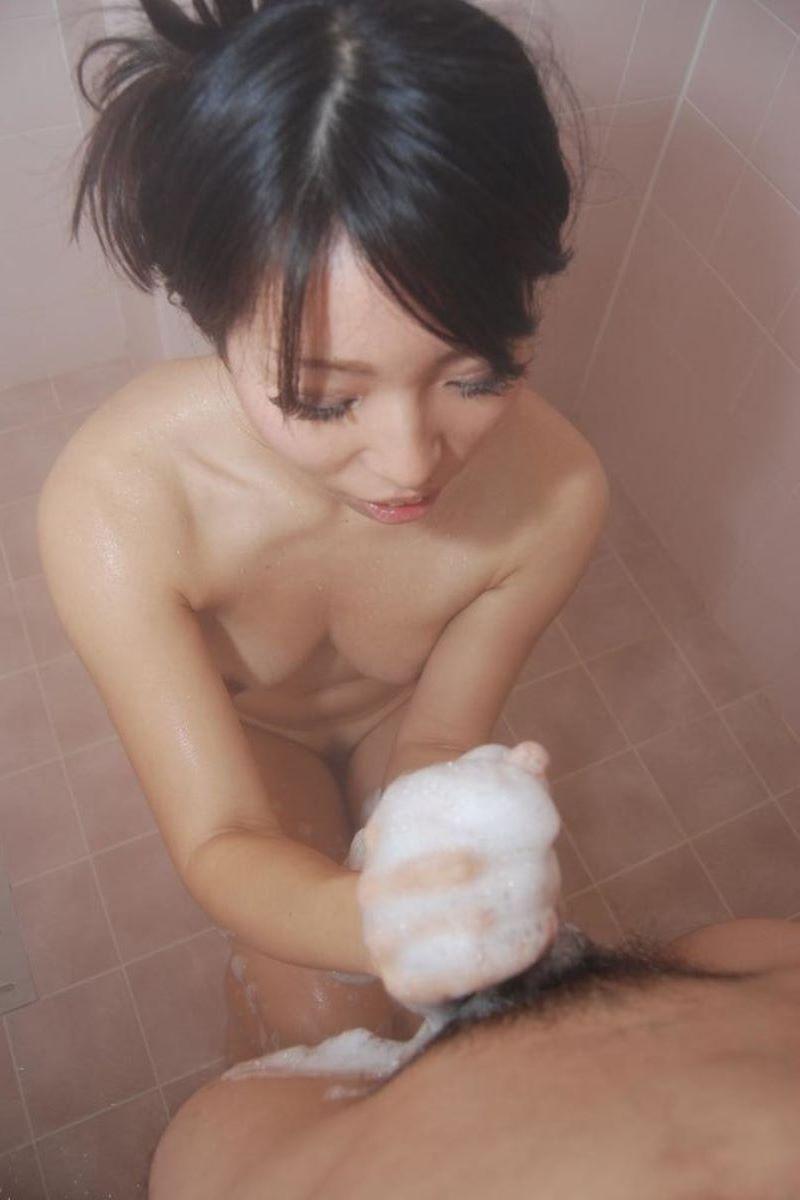 お風呂場 入浴中 手コキ画像 59