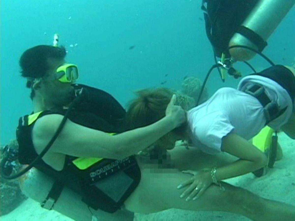 水中フェラ 水中クンニ エロ画像 41