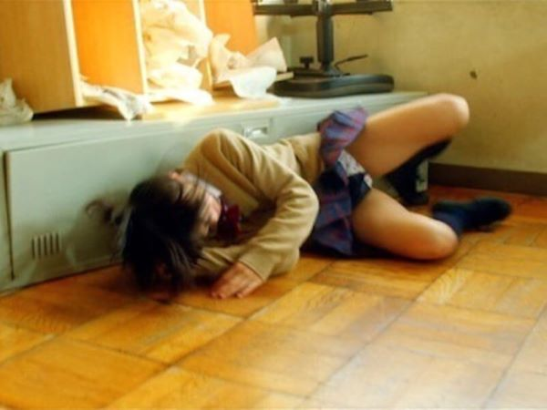 睡眠中のJS小学生が突然の突風でペロンで舞い上がるミニスカートの画像