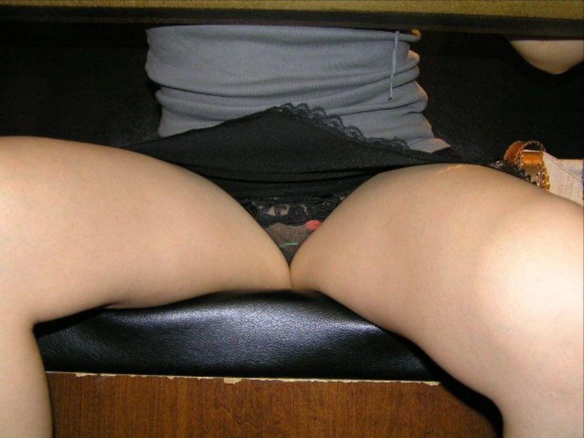 机の下 テーブルの下 パンチラ 盗撮 53