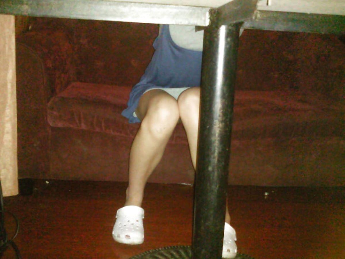 机の下 テーブルの下 パンチラ 盗撮 65