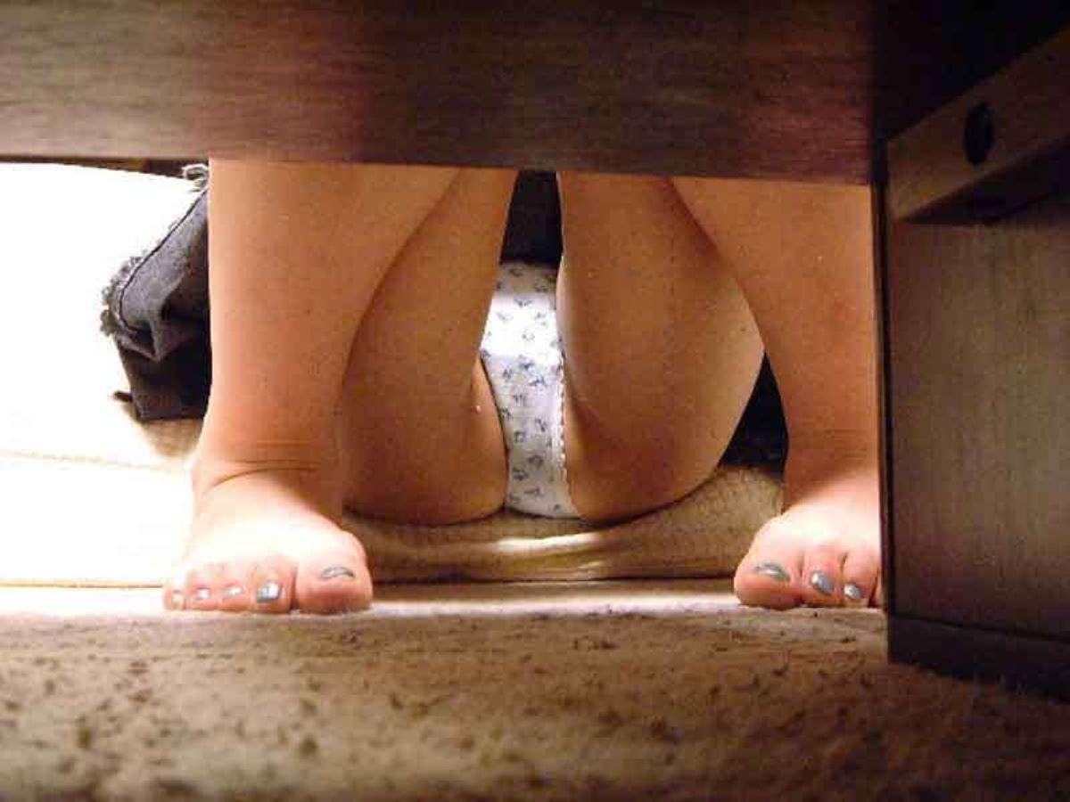 机の下 テーブルの下 パンチラ 盗撮 87
