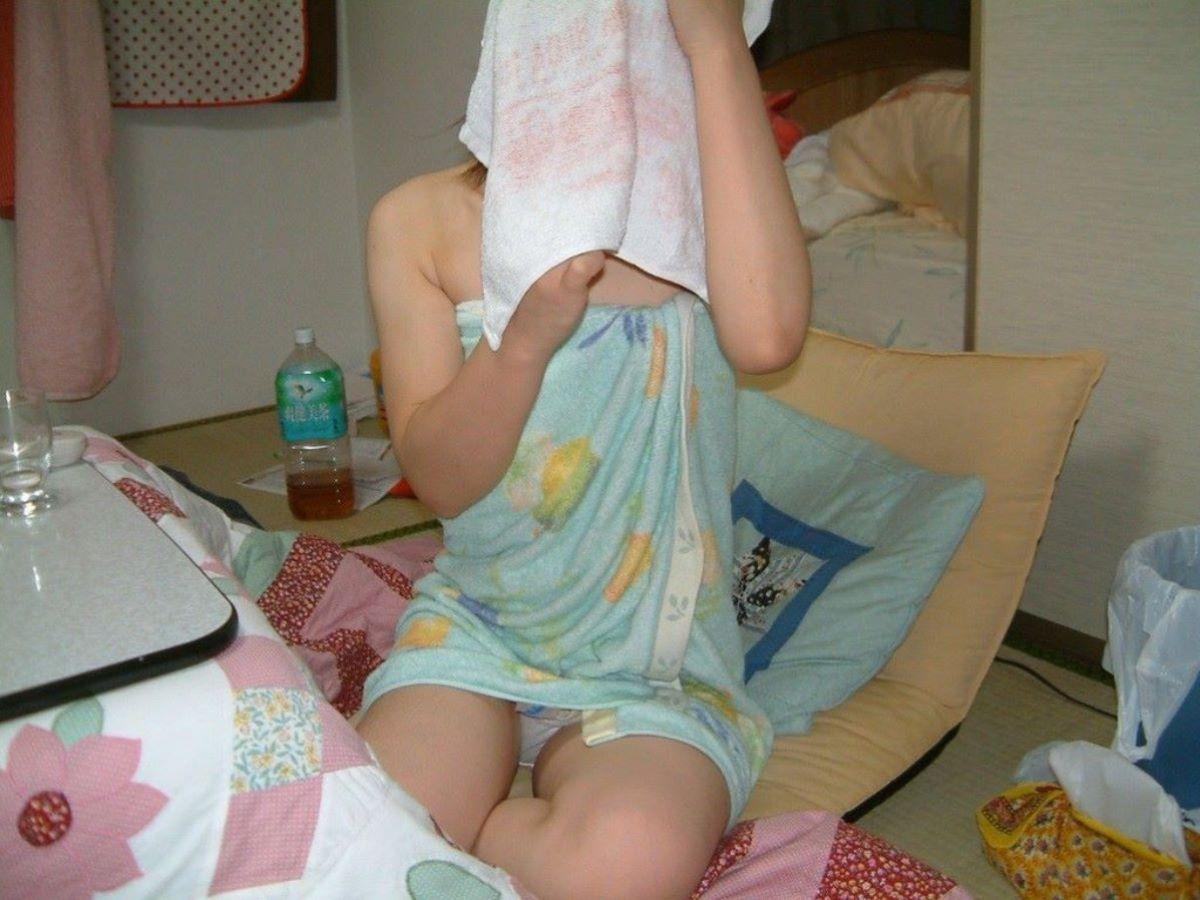 バスタオル姿 全裸 タオル一枚 エロ画像 11