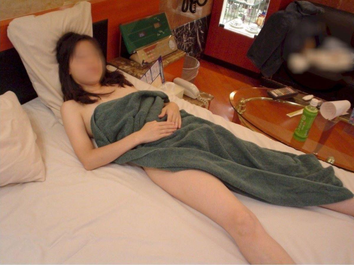 バスタオル姿 全裸 タオル一枚 エロ画像 19