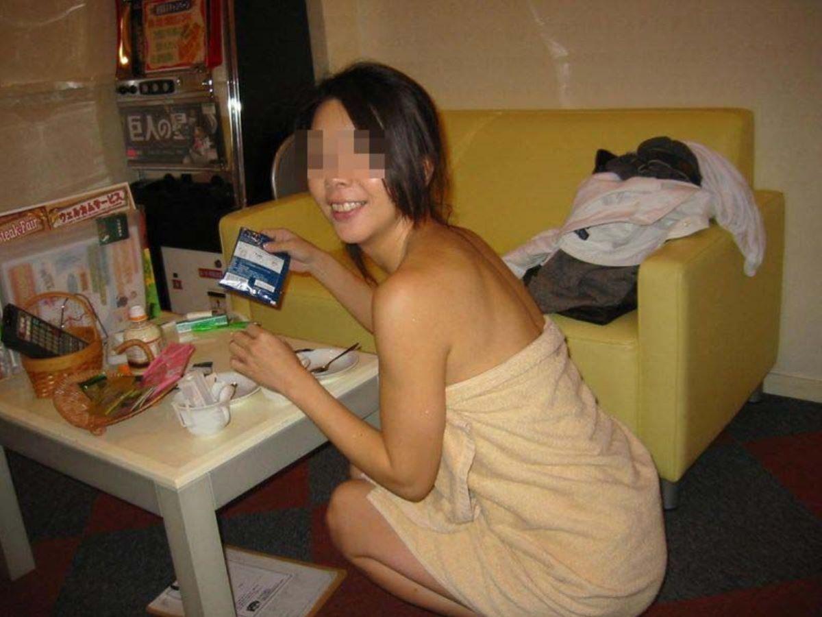 バスタオル姿 全裸 タオル一枚 エロ画像 27