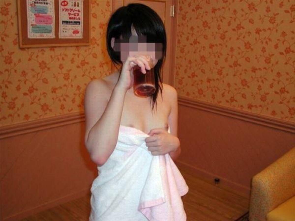 バスタオル姿 全裸 タオル一枚 エロ画像 75