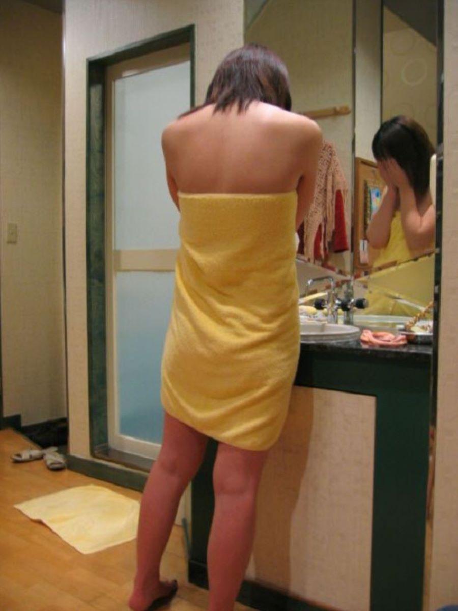 バスタオル姿 全裸 タオル一枚 エロ画像 89