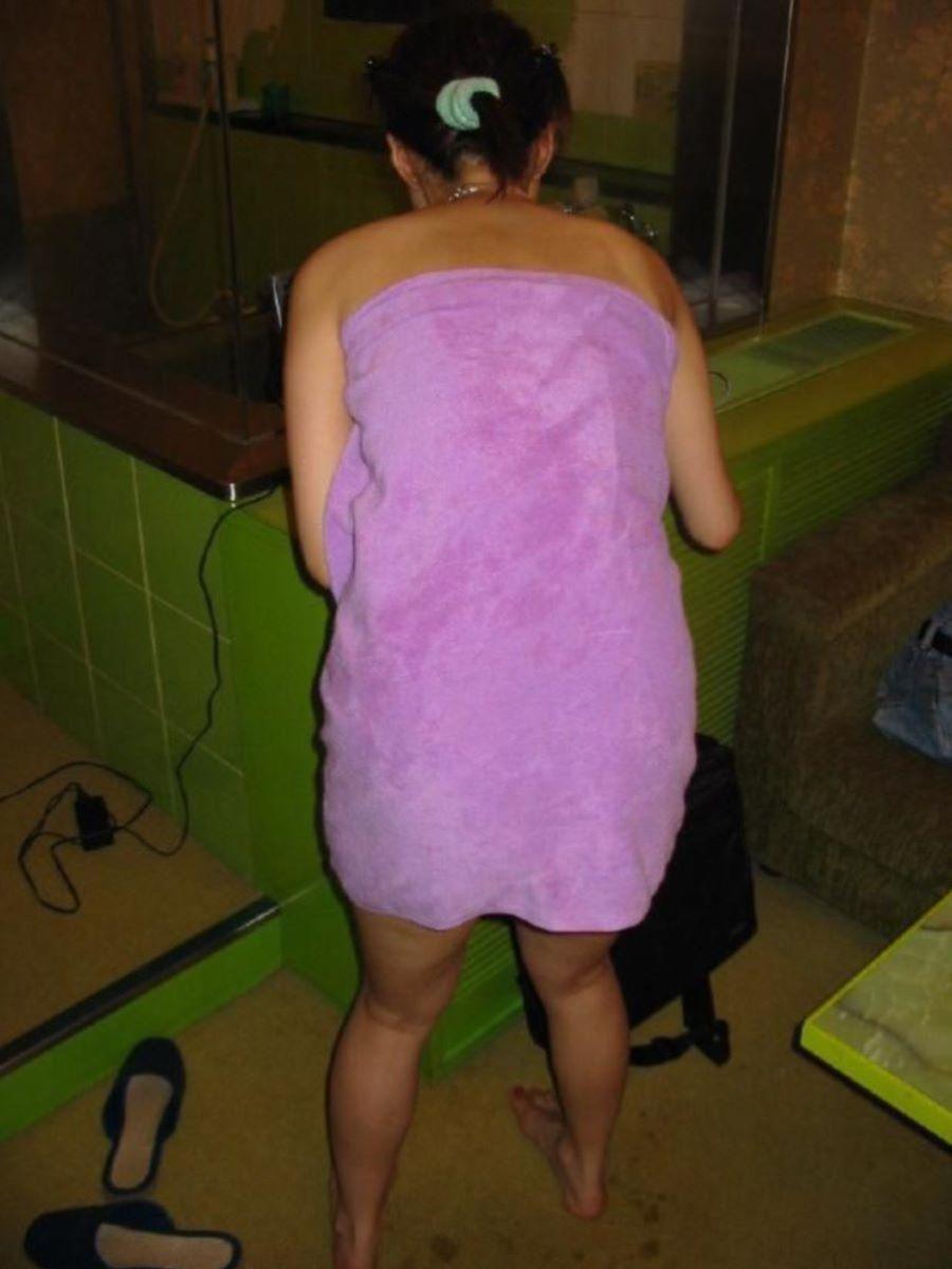 バスタオル姿 全裸 タオル一枚 エロ画像 117
