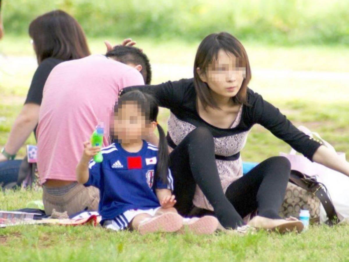 公園ママの人妻パンチラ 15