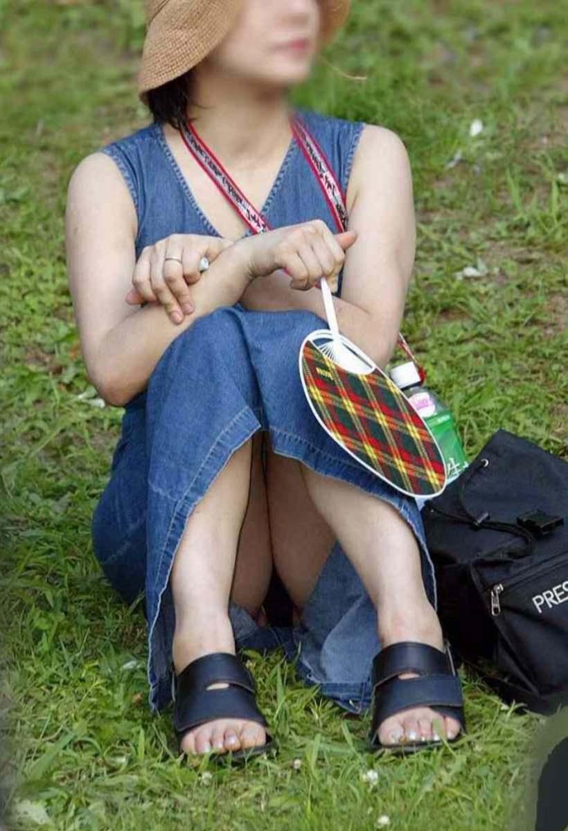 公園ママの人妻パンチラ 18