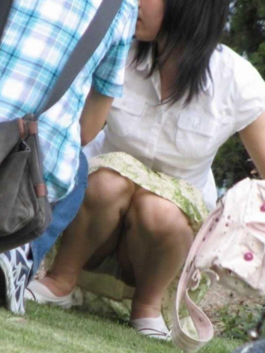公園ママの人妻パンチラ 33