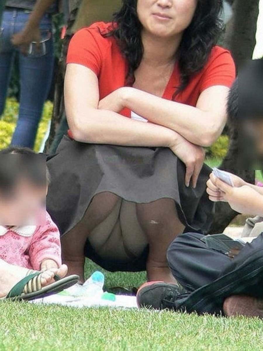 公園ママの人妻パンチラ 34