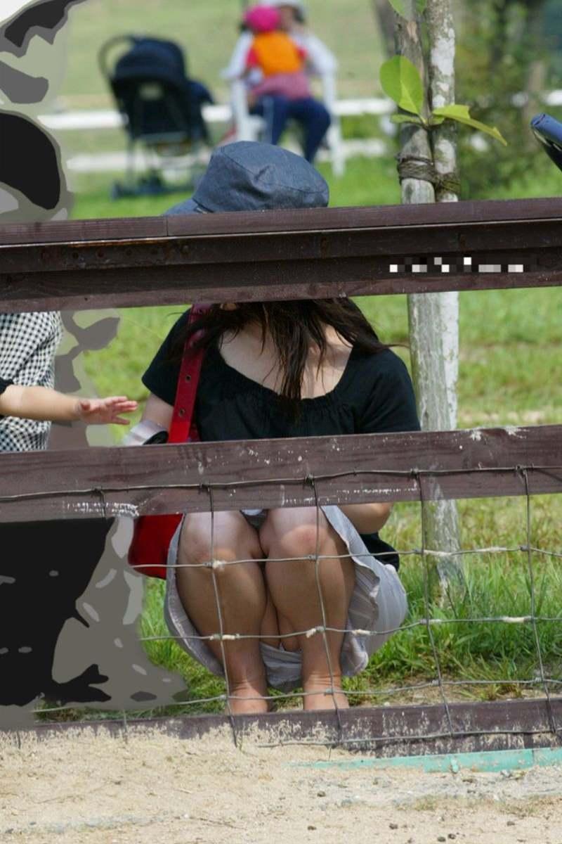 公園ママの人妻パンチラ 40