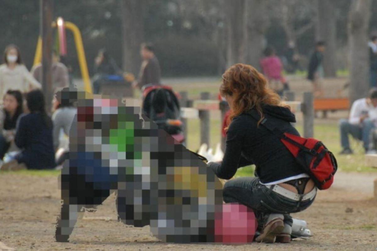 公園ママの人妻パンチラ 55