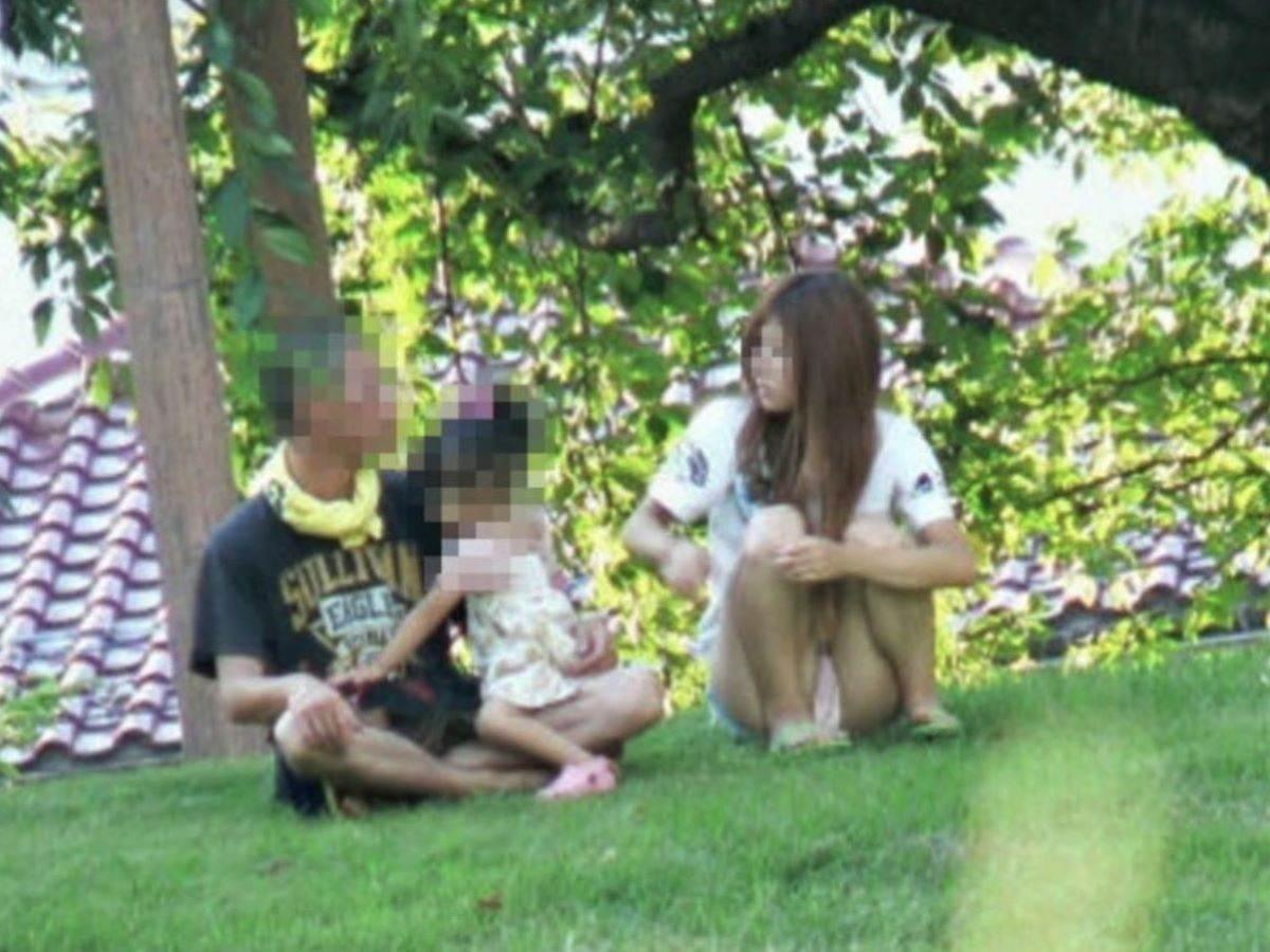 公園ママの人妻パンチラ 82