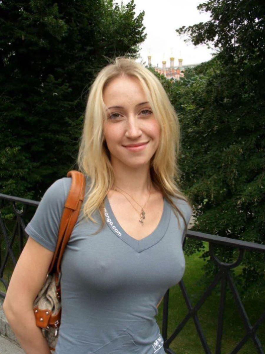 白人美女の外国人ノーブラ画像 46