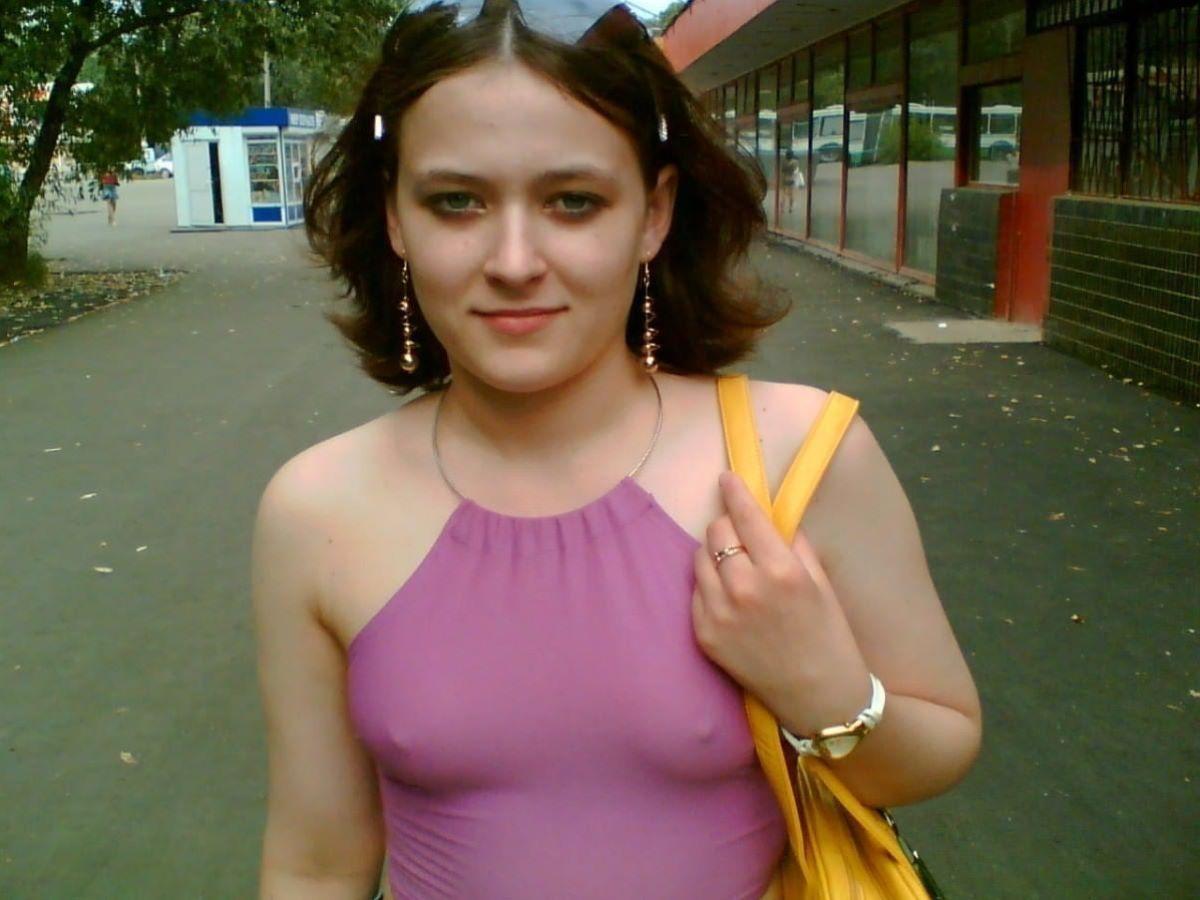 白人美女の外国人ノーブラ画像 56