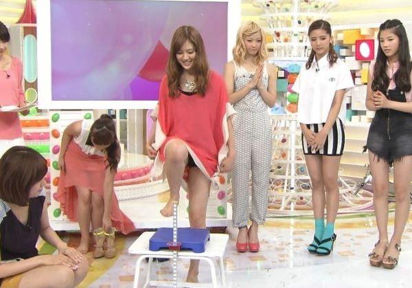 E-girlsのパンチラ胸チラまとめ…(※乳首チラ画像あり)