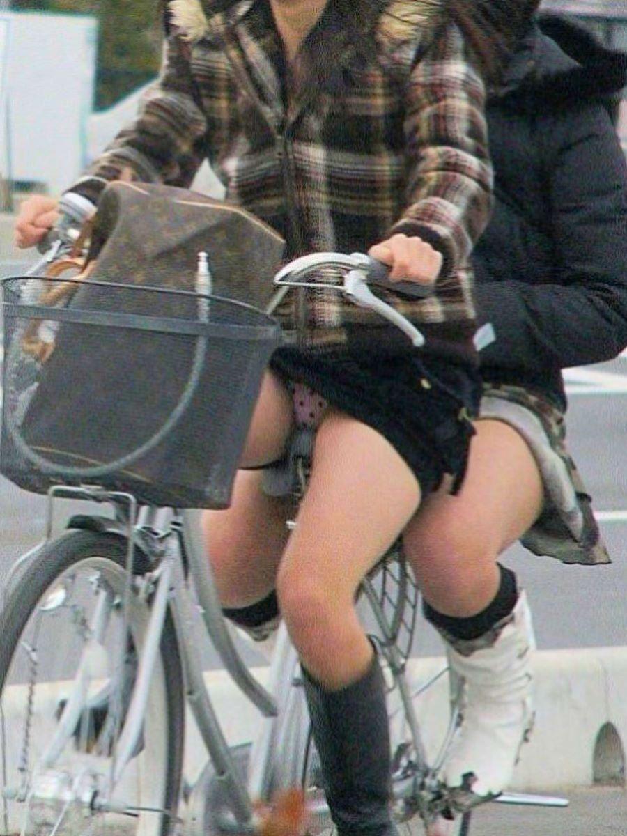 自転車のパンチラ画像 1