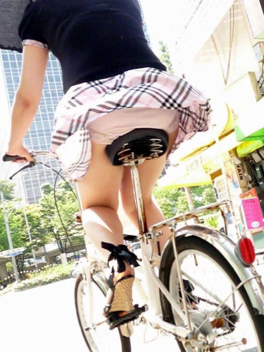 自転車のパンチラ画像 3