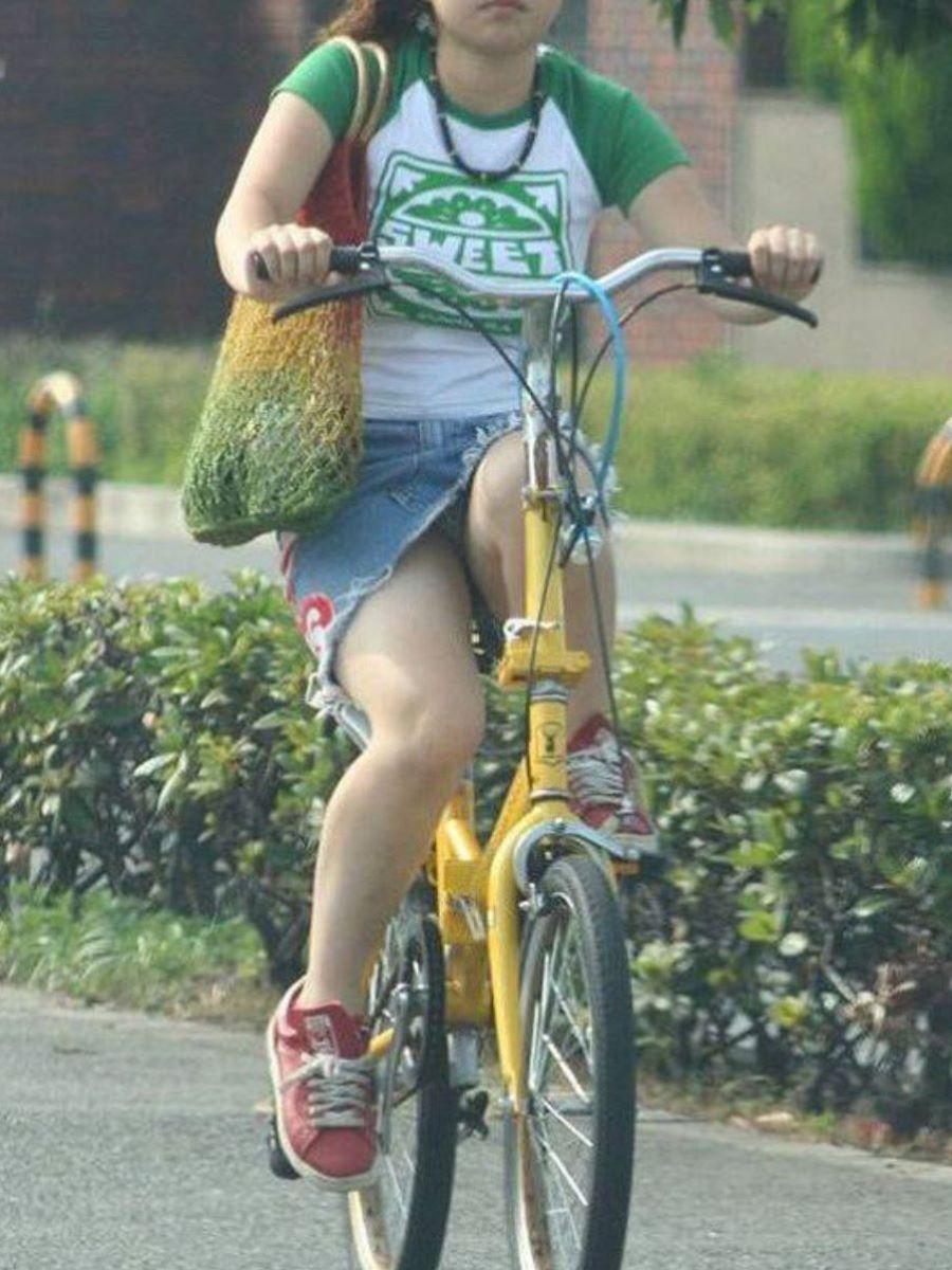 自転車のパンチラ画像 13