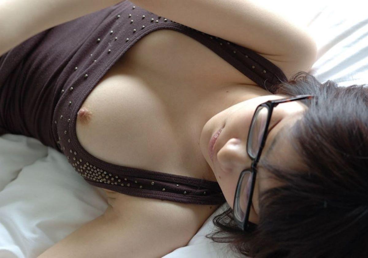タンクトップの胸チラ画像 25