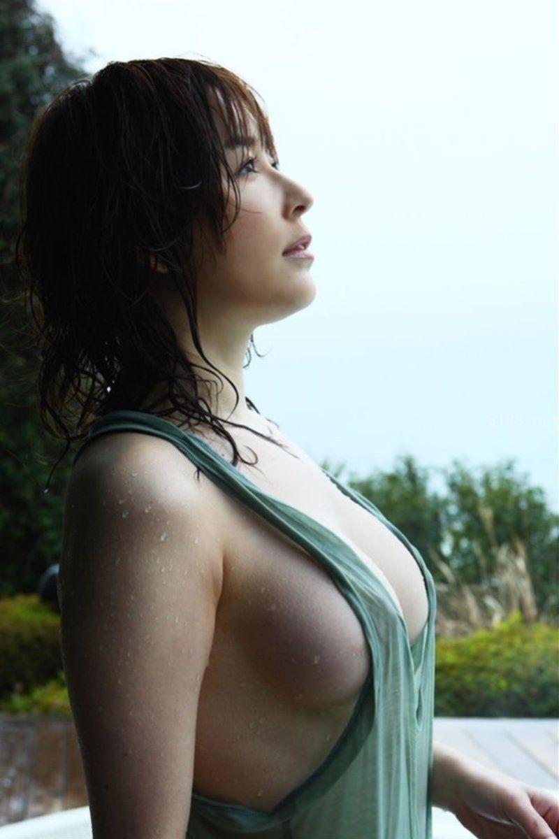 タンクトップの胸チラ画像 39