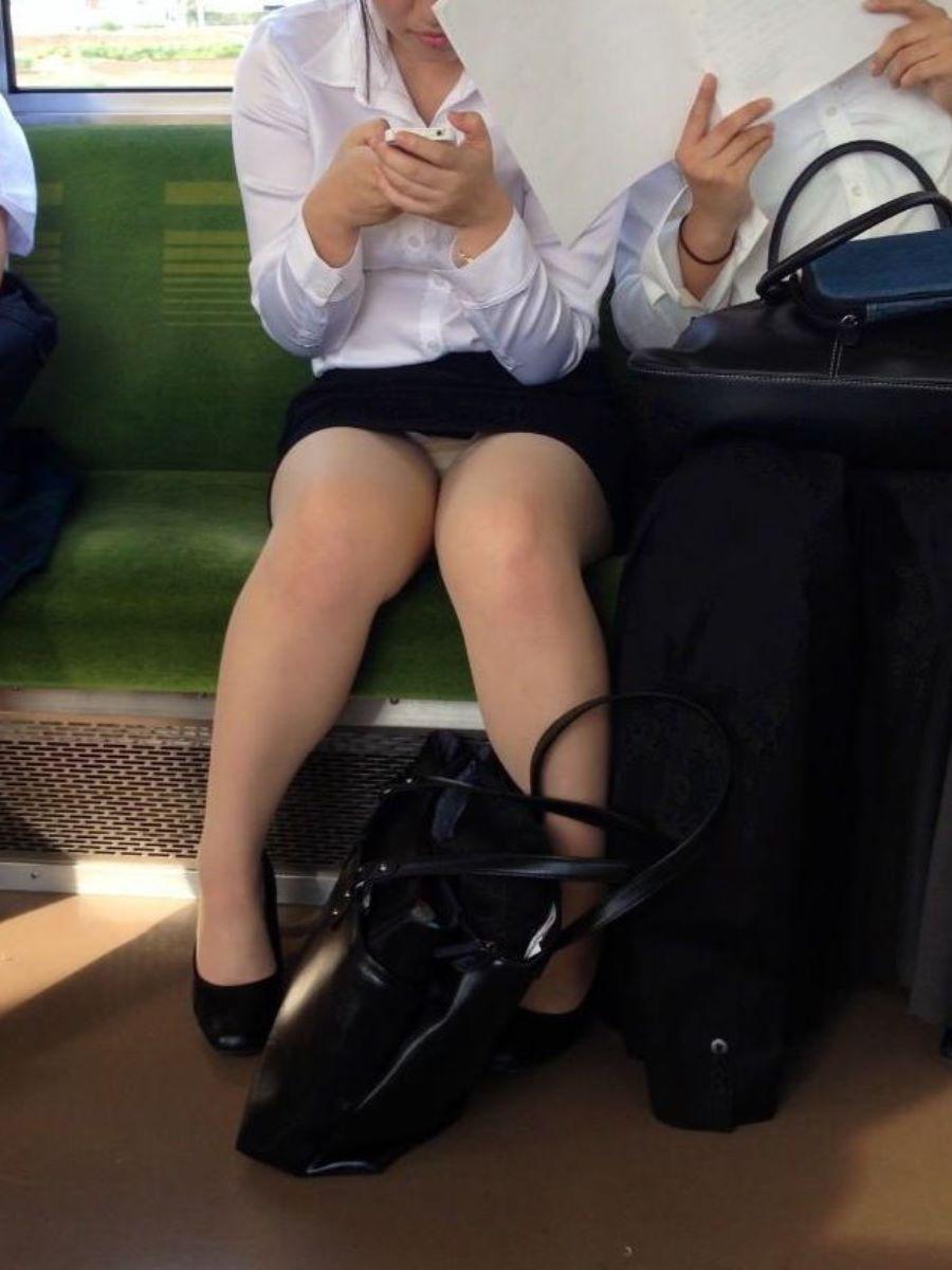 電車内のパンチラ画像 3