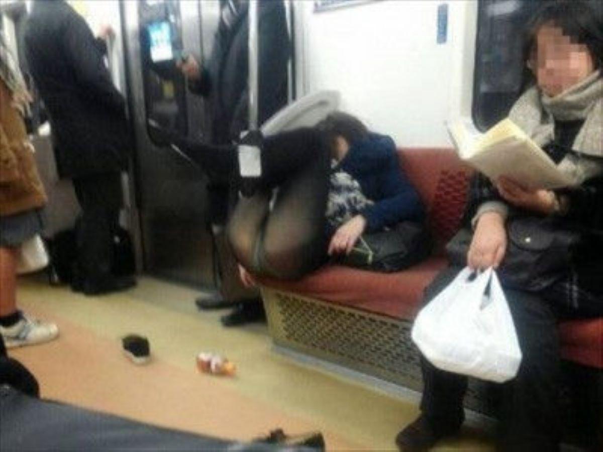 電車内のパンチラ画像 4