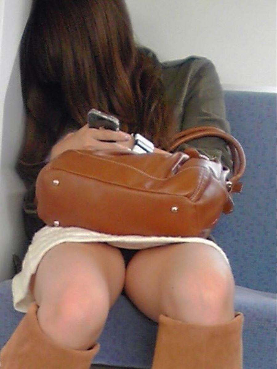 電車内のパンチラ画像 6