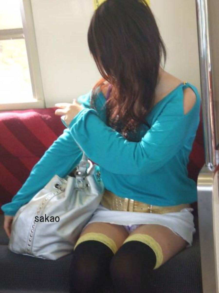 電車内のパンチラ画像 8