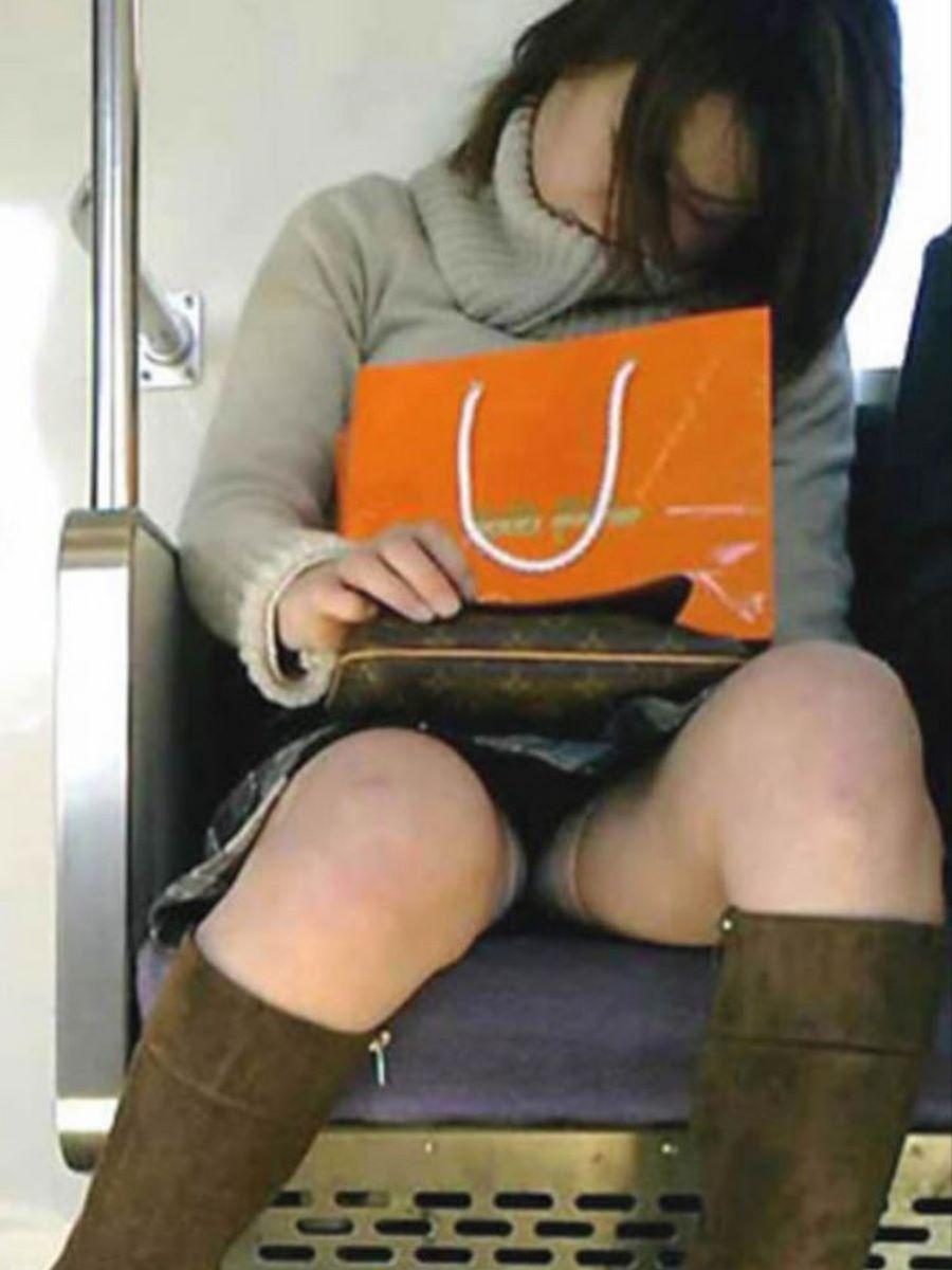 電車内のパンチラ画像 17