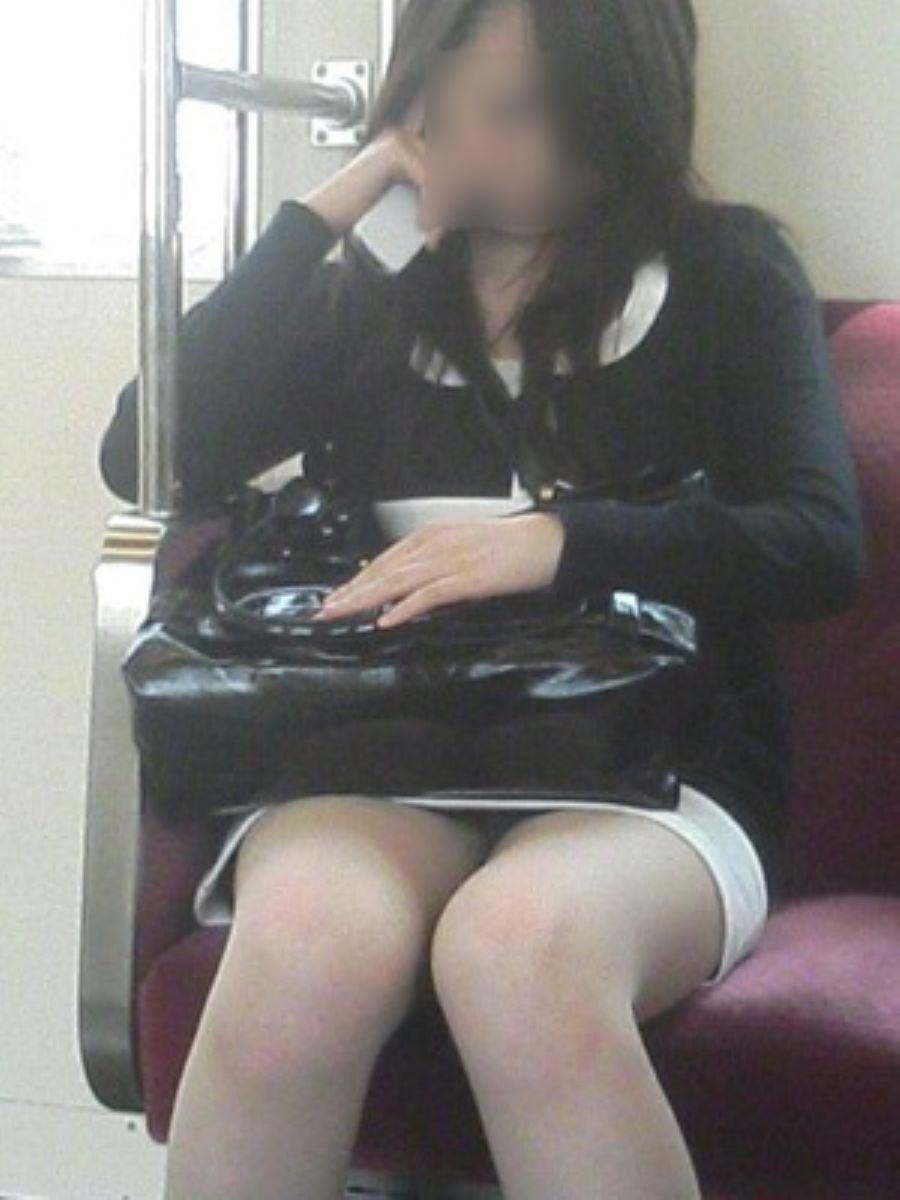 電車内のパンチラ画像 19