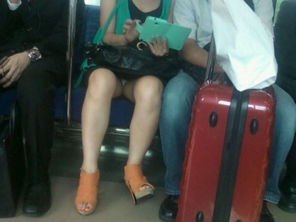 電車内のパンチラ画像 25
