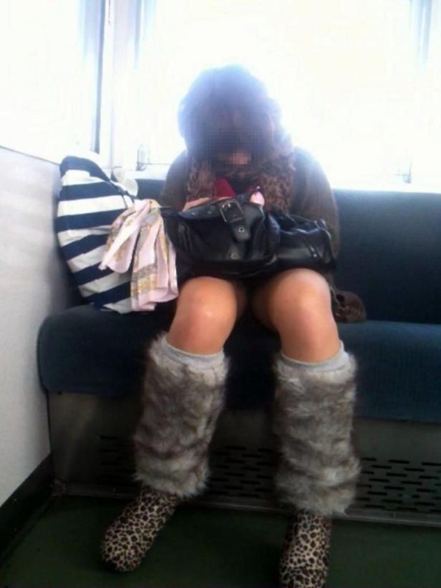 電車内のパンチラ画像 31