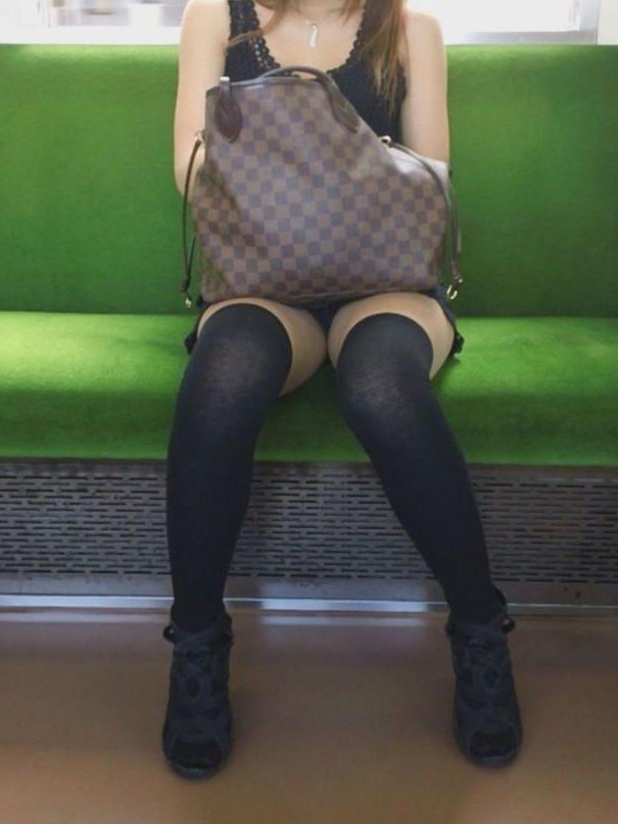 電車内のパンチラ画像 32