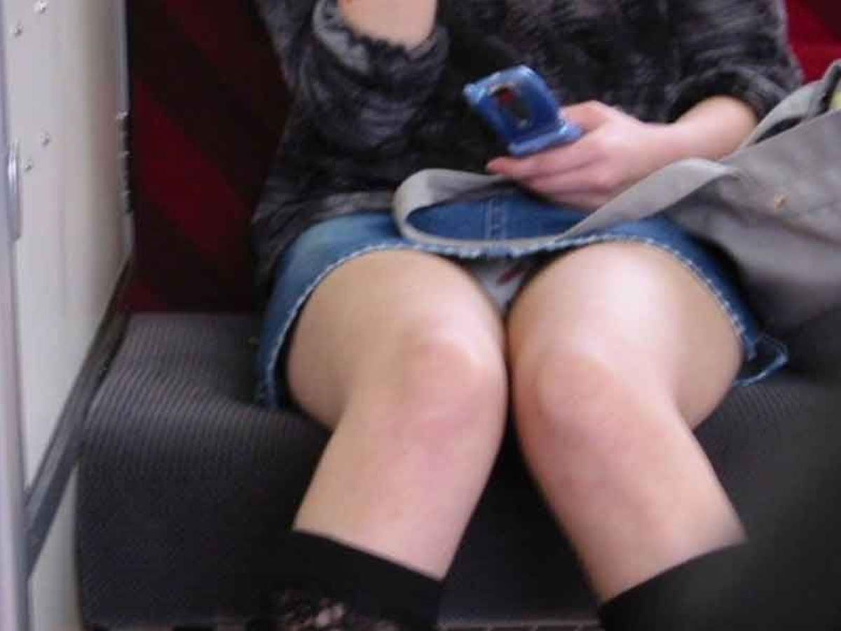 電車内のパンチラ画像 35